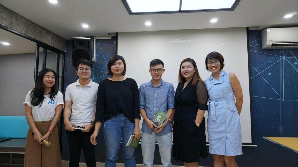 chị Hòa và chị Đoàn đang chup hình thành viên trong buổi Talent Digital Vietnam