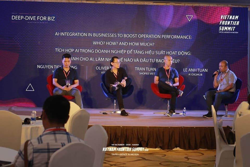 Sân khấu Doanh nghiệp cũng là nơi 4 vị diễn giả Trần Tuấn Anh, Nguyễn Tiến Cường, Oliver Tan và Lê Anh Tuấn thảo luận về những trường hợp cụ thể mà AI được tích hợp trong doanh nghiệp